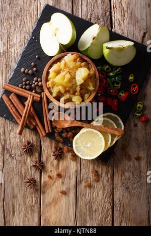 Indian chutney de pommes avec des ingrédients close-up dans un bol sur la table. vertical haut Vue de dessus Banque D'Images