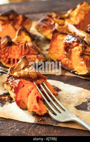 Tranches de potiron cuit au four sur la fourche, selective focus Banque D'Images