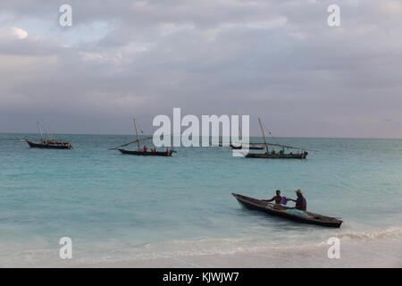 Nungwe, Zanzibar, Tanzanie; les pêcheurs se préparent à prendre leurs filets dans la mer. Banque D'Images