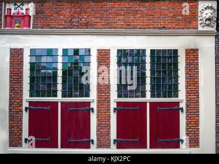 Ancien traditionnel rouge porte à Amsterdam 24. Banque D'Images