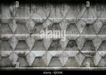 Clôture en béton, vieux Mur couvert de boue de la pluie, l'automne arrière-plan. Béton brut avec un motif.
