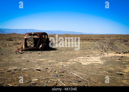 Vieux voiture rouillée dans le désert Banque D'Images