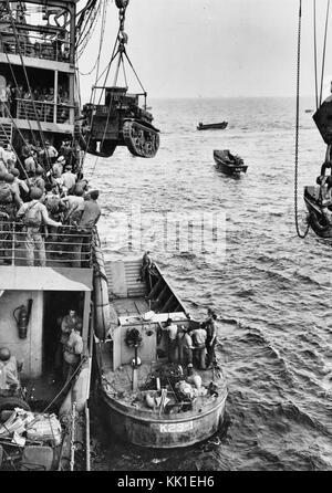 Guadalcanal-Tulagi les débarquements, 7-9 août 1942 Description: Un Corps des Marines américains M2A4 Stuart light tank est levé, de l'USS Alchiba (AK-23) dans un LCM(2) des engins de débarquement, au large de l'invasion de Guadalcanal plages sur la première journée des débarquements, il y a 7 août 1942.