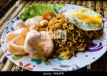 Mie goreng indonésien typique dish close up plein plat Banque D'Images