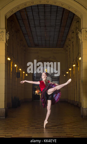 Ballerine Natalia Horsnell faisant une arabesque dans le couloir urbain public Oktogon à Zagreb, Croatie. Banque D'Images