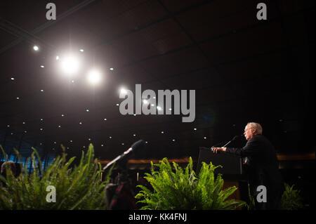 Corps des Marines américains à la retraite. Le colonel Harvey C ÔBarneyÕ Barnum, récipiendaire de la Médaille d'honneur de la guerre du Vietnam, a fait la une des toasts lors du déjeuner d'anniversaire du corps des Marines de Boston au Boston Convention & Exhibition Centre, Massachusetts, 13 novembre 2017. (Photo du DoD par le sergent de l'armée américaine. James K. McCann)