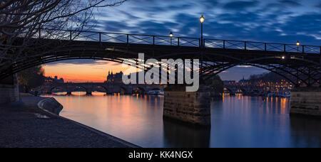 Lever du soleil sur la Seine avec Pont des Arts et le Pont Neuf. L'Ile de la Cité, 1e arrondissement, Paris, France Banque D'Images