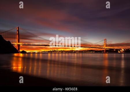 Golden Gate Bridge et San Francisco à l'aube vue de Kirby Cove. Banque D'Images