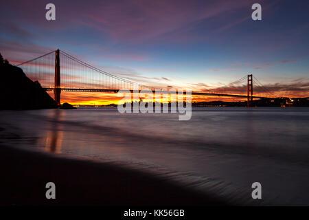 Golden Gate Bridge et San Francisco à l'aube vue du Marin Headlands. Banque D'Images