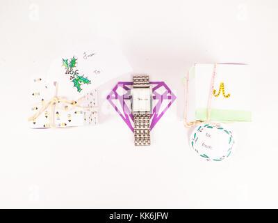 Décoration de Noël avec cadeaux carrés avec montre en argent pour les meilleures vacances de Noël célébration image Banque D'Images