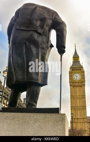 Statue de Sir Winston Churchill face à la chambre du parlement au parlement square garden à Londres. Banque D'Images