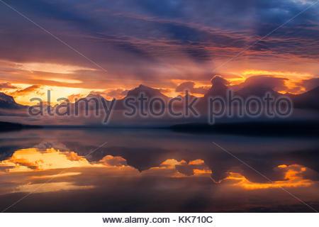 Le lever du soleil les nuages de tempête de couleurs passant sur les montagnes le long du Lac McDonald dans le Glacier Banque D'Images