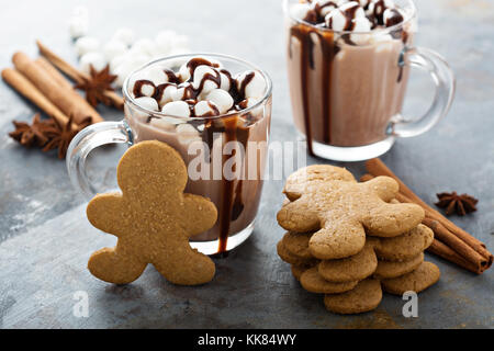 Gingerbread men cookies et chocolat chaud Banque D'Images