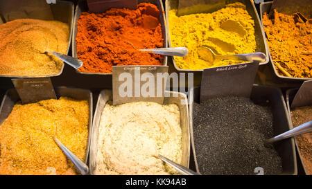 Divers genre d'épices et du curry dans des bols sur un marché.