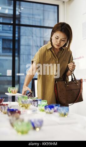 Client dans un magasin de verre taillé de edo kiriko à Tokyo, Japon. Dans le monde entier, de l'utilisation   image: pour usage commercial Prix sur demande. Banque D'Images