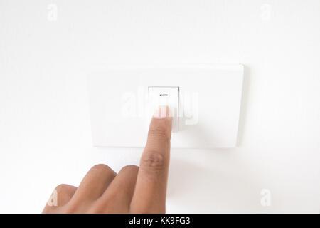 La main libre de désactiver un bouton d'alimentation bouton de feu presse,panneaux,la main avec cordon d'alimentation Banque D'Images