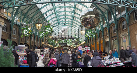 Vue sur le marché Apple à Covent Garden de Londres avec des décorations de Noël dans la nuit