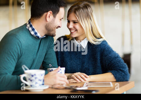 Happy young couple on date in coffee shop Banque D'Images