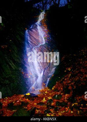 Peinture lumière nuit blanche en cascade. Cascade Ruisseau de montagne sur l'eau mousseuse brouillée. sur rock moussues. Banque D'Images