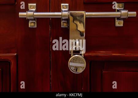 Loquet de porte sur surface en bois et verrouillage Banque D'Images