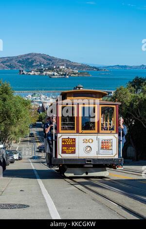 La ligne Powell-Hyde cable car avec l'île d'Alcatraz en arrière-plan, San Francisco, California, USA