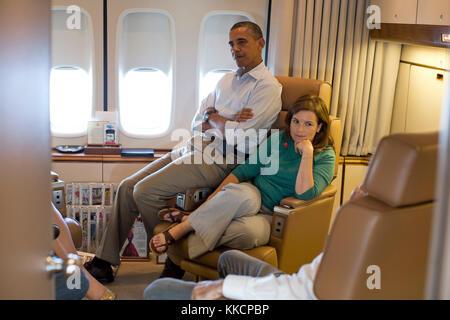 Le président barack obama parle avec le sous-chef d'état-major pour les opérations alyssa mastromonaco et d'autres Banque D'Images