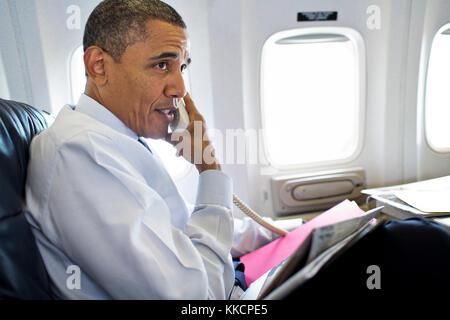 Le président barack obama parle au téléphone avec des membres de la u.s. olympic women's gymnastics équipe pendant Banque D'Images