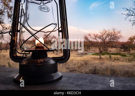 Lanterne et paysage à la réception de camping de luxe Tamboti, Onguma Game Reserve, la Namibie, l'Afrique Banque D'Images