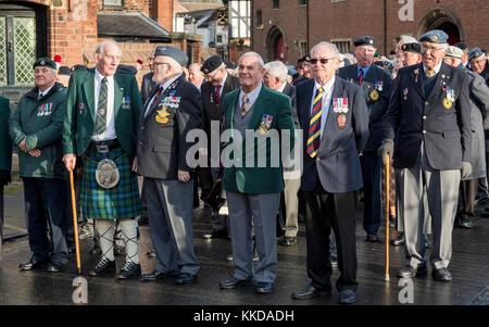 Les anciens combattants britanniques se tiennent devant parade commémorant 50e anniversaire du retrait des troupes d'Aden - par la cathédrale de York North Yorkshire, Angleterre, Royaume-Uni.