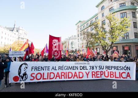"""Madrid, Espagne. 6 décembre, 2017. Bannière de la """"Coordinadora 25s' pendant la manifestation revendiquant pour la 3e république espagnole qui s'est tenue à Madrid. © valentin sama-rojo/Alamy live news."""