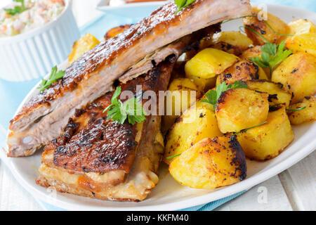 Côtes de boeuf et de pommes dans l'assiette, selective focus Banque D'Images