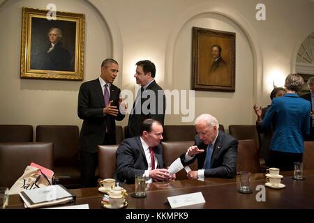Le président barack obama parle avec rep. Raul labrador, r-Idaho, en tant que vice-président Joe Biden parle avec Banque D'Images
