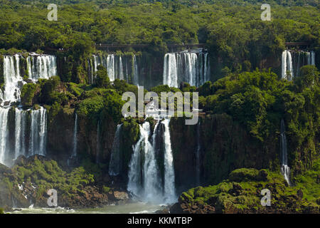 Les touristes dans le passage libre au-dessus d'Iguazu, argentine, vu de côté, l'Amérique du Sud Brésil Banque D'Images