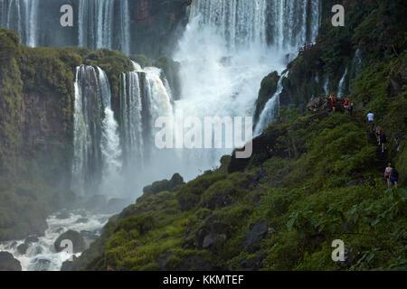 Touristes sur la bonne voie par les chutes d'Iguazu, Argentine, Amérique du Sud Banque D'Images