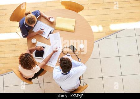 Trois travailleurs de la santé lors d'une réunion, overhead view Banque D'Images