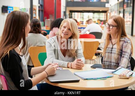 Les élèves de l'enseignant parle à aire communale de College Campus Banque D'Images