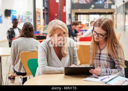 En étudiant l'enseignant parle d'espace commun de College Campus Banque D'Images