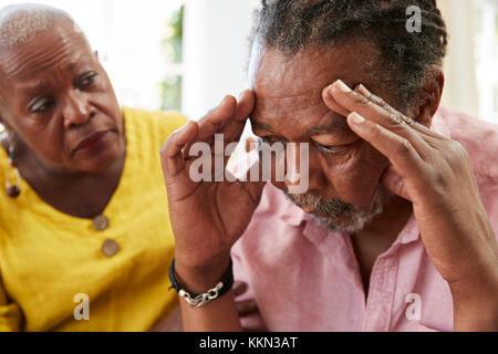 Femme Senior homme réconfortant avec la dépression à la maison Banque D'Images