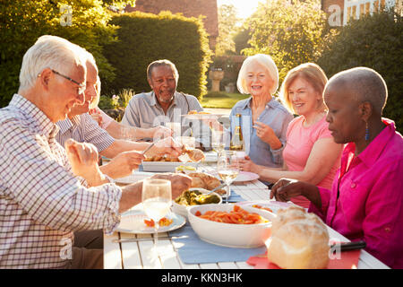 Groupe de hauts Friends Enjoying Outdoor Dinner Party At Home