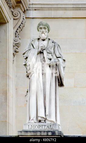 Paris, France. Palais du Louvre. Statue dans la cour Napoléon: Michel de l'hôpital (ou l'hôpital) (1507 - 1573) Homme d'État français.
