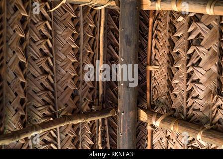 Toit en feuilles de coco sec weaving Banque D'Images