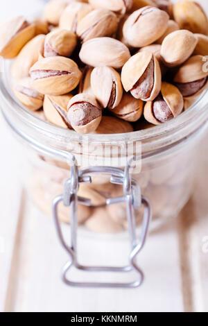 Les pistaches dans le bocal en verre, selective focus Banque D'Images