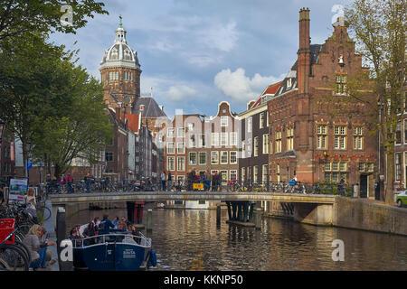 Canal avec bateaux à l'église Saint-Nicolas, Amsterdam, Hollande-du-Nord, pays-Bas