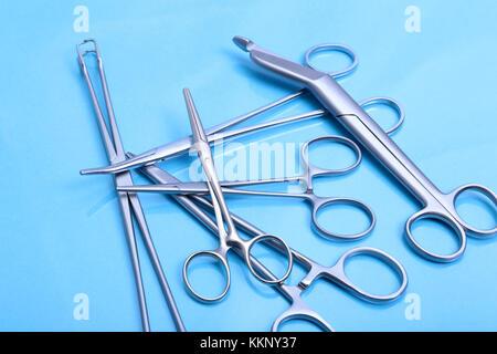 Instruments médicaux isolés dans l'arrière-plan miroir Banque D'Images