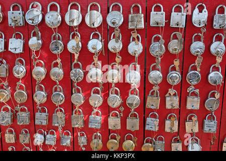 Un affichage d'écluses / cadenas dans un marché, de l'Inde Banque D'Images