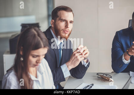 Chef d'équipe et le propriétaire de l'entreprise conduisant à l'interne informelle réunion d'affaires Banque D'Images