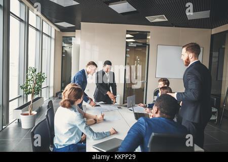 L'équipe commerciale et manager en réunion Banque D'Images