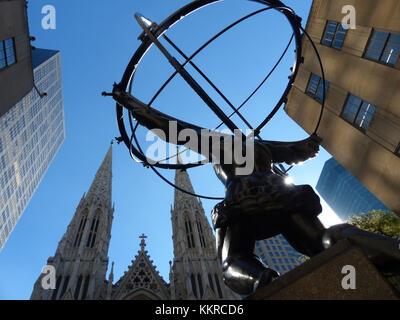 Statue d'atlas holding les cieux, en face du Rockefeller Center a été sculpté par lee lawrie et rene paul chambellan. Banque D'Images