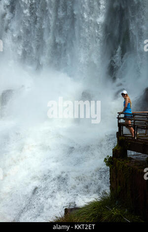 Touriste à l'affût des chutes d'Iguazu, sur la frontière Argentine - Brésil, Amérique du Sud (modèle sorti) Banque D'Images
