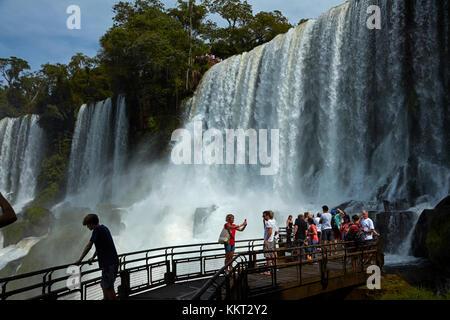 Touristes à l'affût des chutes d'Iguazu, sur la frontière Argentine - Brésil, Amérique du Sud Banque D'Images